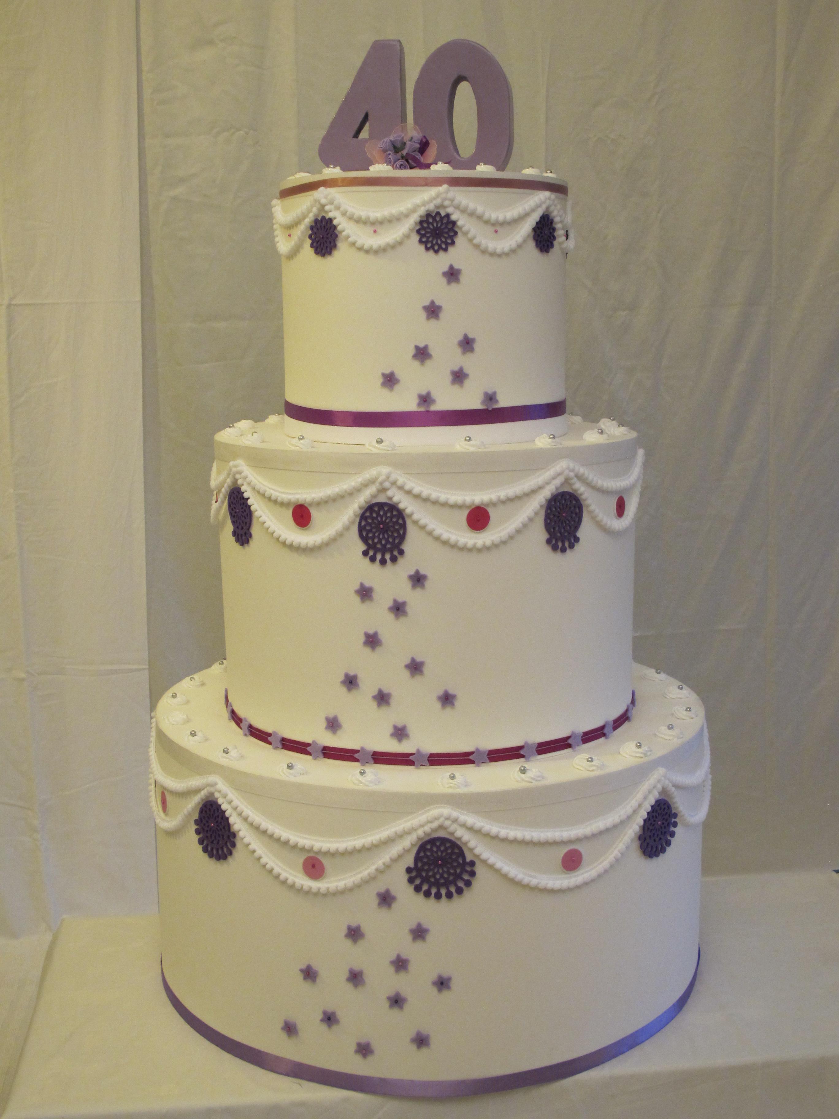 Torta a 3 piani con decori viola e numero. Torta gigante